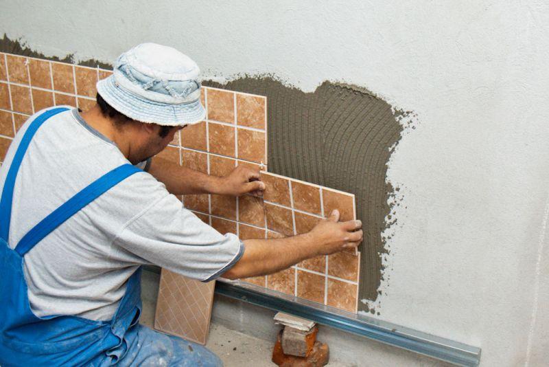 Как положить плитку на стену своими руками в туалете