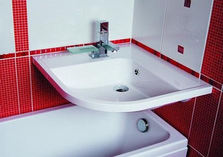 Навесная раковина над ванной